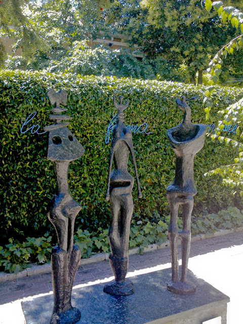 "H. Moore ""Three standing figures"""