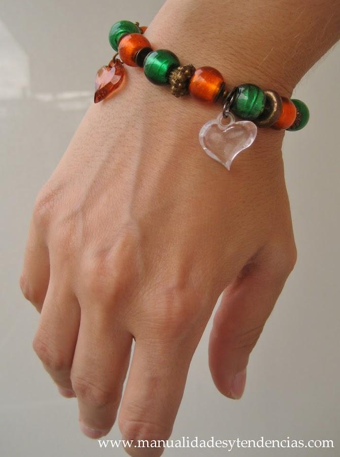 Pulsera de charms verde y naranja / Charms bracelet