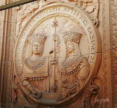 Medallón de los Reyes Católicos en la fachada de la Universidad