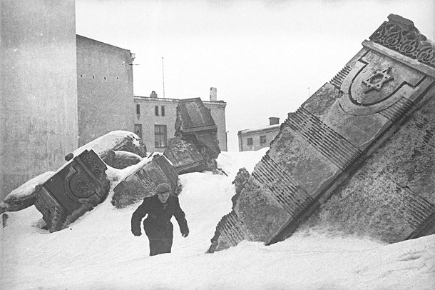 Henryk Ross, Man Walking in Winter in the Ruins of Synagogue on Wolborska Street - (Destroyed by Germans 1939) -1940
