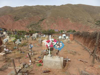 Auf dem Friedhof von Esmoraca blicken die Verstorbenen Osten zur Pfarrkirche