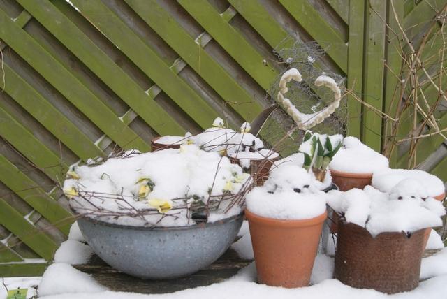 Gartentisch mit Deko im Schnee