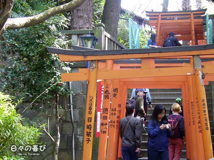 contre-plongée escaliers torii hanazono jinja