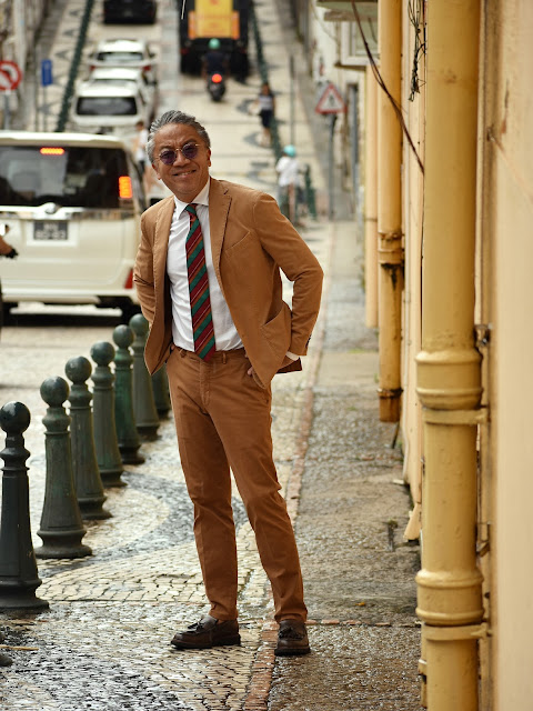 タバコ色(ブラウン)のスーツのコーディネート
