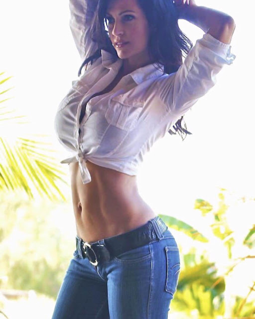 Desnise-Milani-in-hot-jeans-and-T-shirt-with-sexy-figure