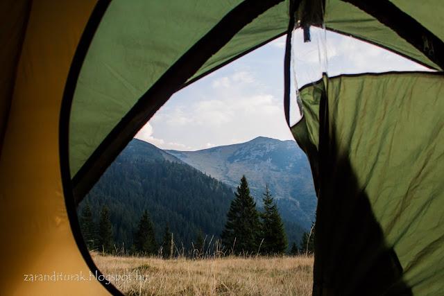 Kilátás a sátor ajtajából a Papusa Custurii csúcsra a Retyezát hegységben