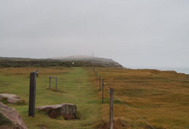 Wind, Wetter und eine eindrucksvolle Abwesenheit: Ein Ausflug zur Mårup Kirke bei Lönstrup. Ein weiterer Ausflugstipp: Eine Wanderung zum Leuchtturm von Rubjerg Knude.