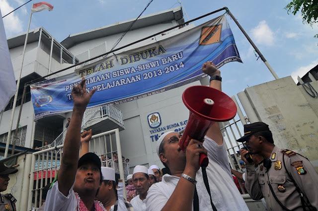Gereja Katolik Tambora Disegel Massa
