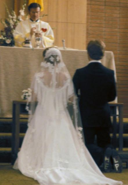 """""""Minha mãe acabou de me mostrar esta foto do casamento dos meus pais. Papai não é tão feliz assim"""