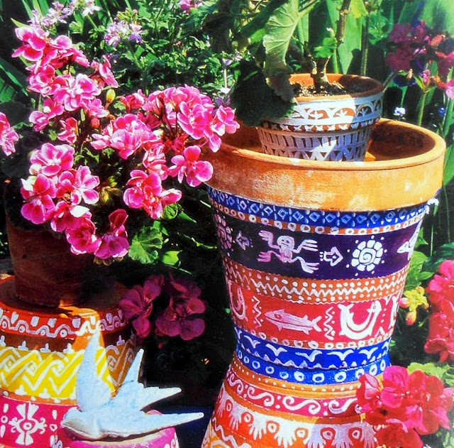 Βάψτε πήλινες γλάστρες με Ethnic σχέδια