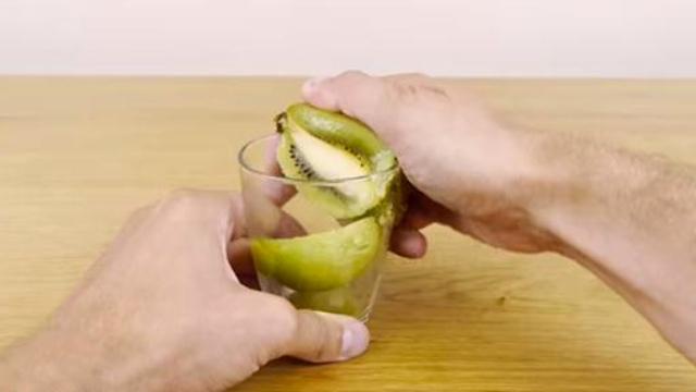Mengupas buah kiwi pakai gelas