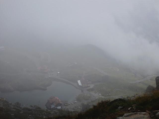 W dole Lacul Balea i przełęcz na szosie