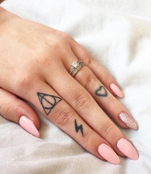 Un tatuaje en los dedos de una chica con símbolos