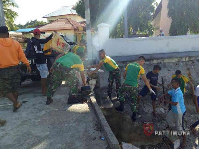 Prajurit Kodam Pattimura Bersihkan Pantai di Kota Ambon