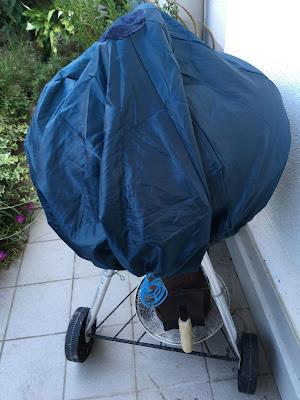 recycler un parapluie pour le bbq en jardin