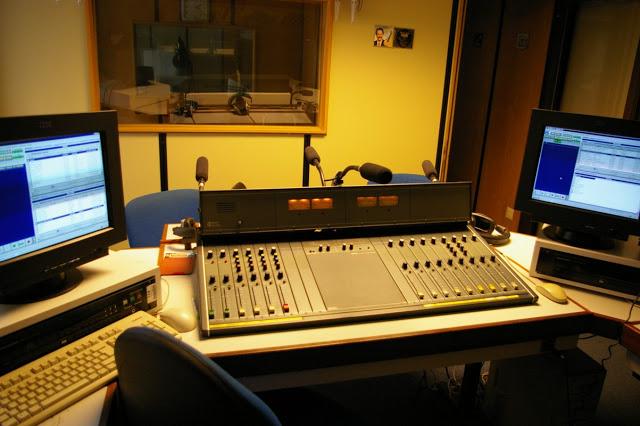Diferenças entre rádios comerciais, comunitárias e educativas.