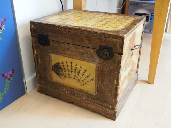 This old Bombay Company trunk is about to get a furniture flippin' makeover!