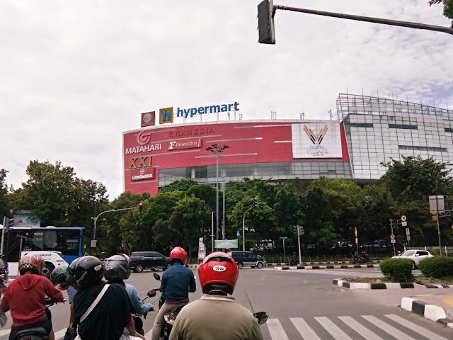 pejaten village mall dari seberang jalan