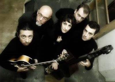 Banda La Tabaré. Músicos vestidos de negro mirando hacia arriba