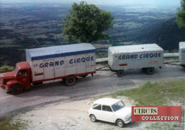 convois routier composé de 3 véhicules, dans un virage