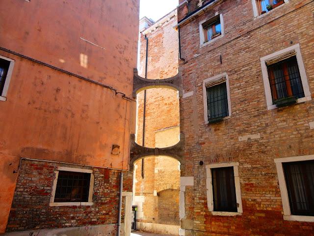 Část vzpěr, podpírající zvonici Santo Stefano, Benátky