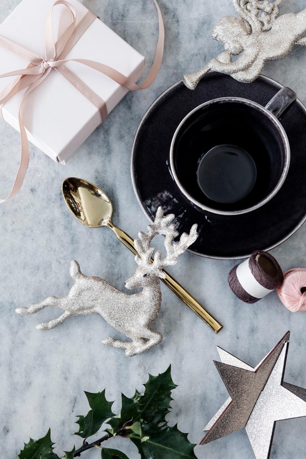 Dekorowanie świątecznego stołu