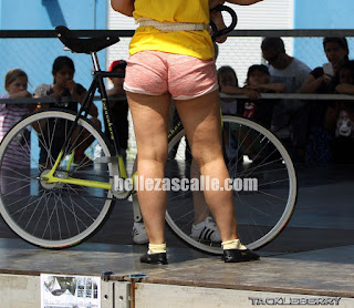 Bonita chica ciclista shorts entallados