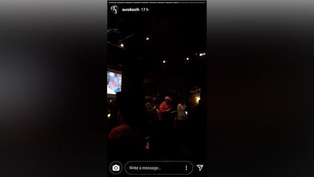 Aura Kasih menikmati lantunan musik di Kafe sembari menonton Piala Dunia 2018
