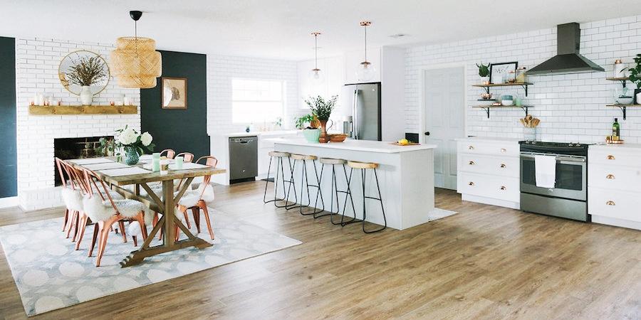 Modna biała kuchnia z jadalnią, wystrój wnętrz, wnętrza, urządzanie domu, dekoracje wnętrz, aranżacja wnętrz, inspiracje wnętrz,interior design , dom i wnętrze, aranżacja mieszkania, modne wnętrza, klasyczna kuchnia, biała kuchnia, kitchen, skandynawska kuchnia, projekt kuchni, jadalnia, styl klasyczny, styl industrialny, styl rustykalny,