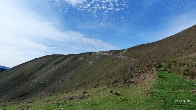 Subiendo al Cerro del Tombu - Asturias