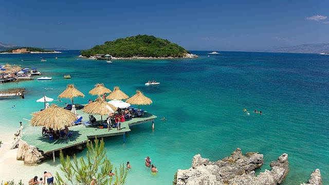 pantai di ionian coast albania yang biru seperti kaca dan sangat indah