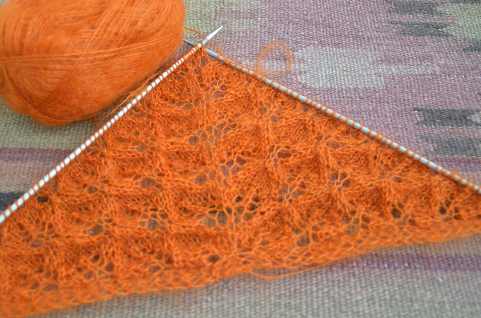 Шаль-косынка, вязаная спицами
