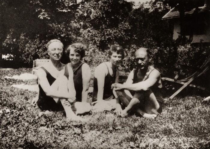 Kandinsky (izda) y Schönberg (dcha) con sus respectivas, Nina y Gertrud, en 1927