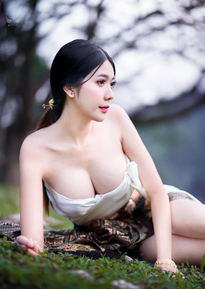 Gái xinh khoe hàng ngực khủng trong rừng