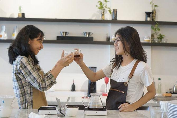 Barista-barista cantik di Aegis Coffee