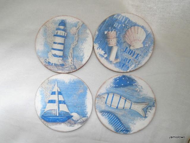 drewniane podkładki pod kubki ozdobione motywami morskimi