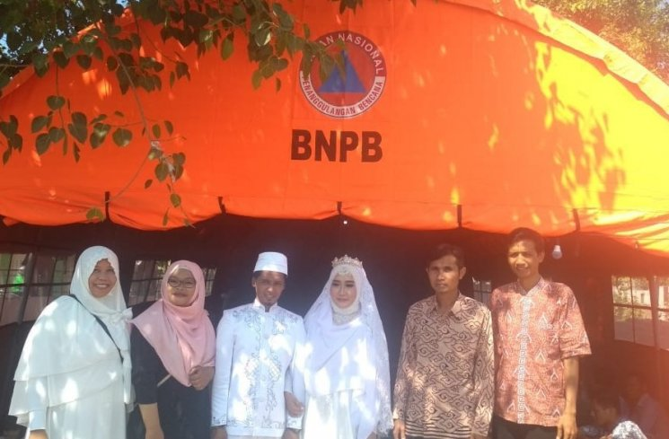Viral, Pengantin Asal Lombok Ini Menikah di Tenda Pengungsian, Netizen; Semoga Samawa