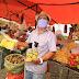 CRUZ DAS ALMAS: Governo do Povo distribui aos feirantes kit com máscara e álcool em gel 70%