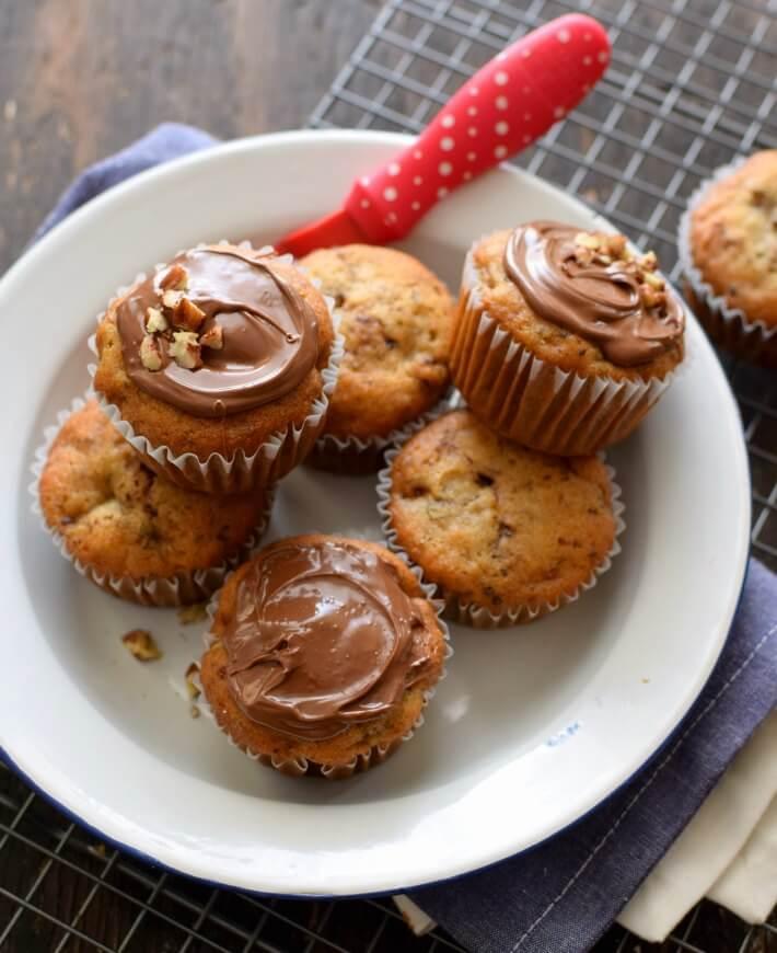 Cómo hacer cupcakes o muffins de banana con nutella. Receta sencilla para aprovechar bananas pasadas de maduras.