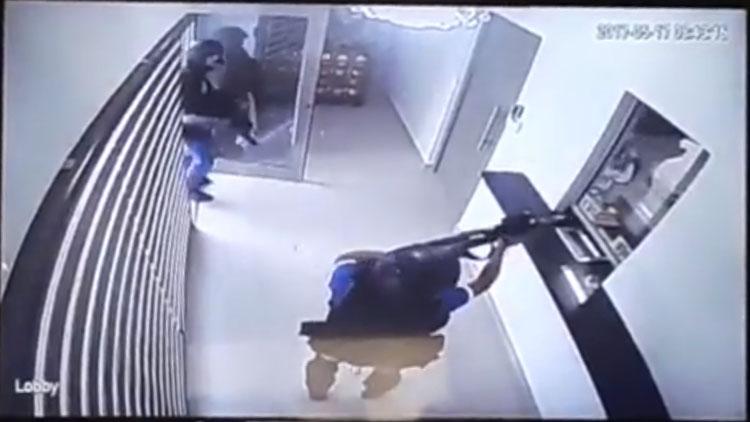 VIDEO: FUERTEMENTE ARMADOS INTENTAN ASALTAR UNA CASA DE CAMBIO EN REYNOSA PERO SE LLEVAN UNA GRAN SORPRESA, ESTABA DEMASIADO BLINDADO EL LUGAR