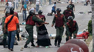 """La búsqueda de Marvinia Jiménez, activista salvajemente golpeada en 2014 por la Guardia del Pueblo en la Isabelica, se intensifica. Funcionarios del Servicio Bolivariano de Inteligencia Nacional (Sebin) y del Comando Nacional Antiextorsión y Secuestro (Conas) detuvieron a varios miebros de su familia la tarde de este miércoles en el estado Carabobo.  El Nacional  Familiares de Jiménez denunciaron que una comisión del Sebin y del Conas detuvo a un tío, al hermano y al ex esposo de la mujer que trabajaba como costurera.  En una entrevista exclusiva para El Nacional Web, Alejandro Jiménez, hermano de la activista, aseguró que ellos desconocen el paradero de Jiménez.  """"Nosotros no tenemos esa información, no sabemos su paradero. Nos llevaron tratando de saber dónde está ella"""", expresó."""