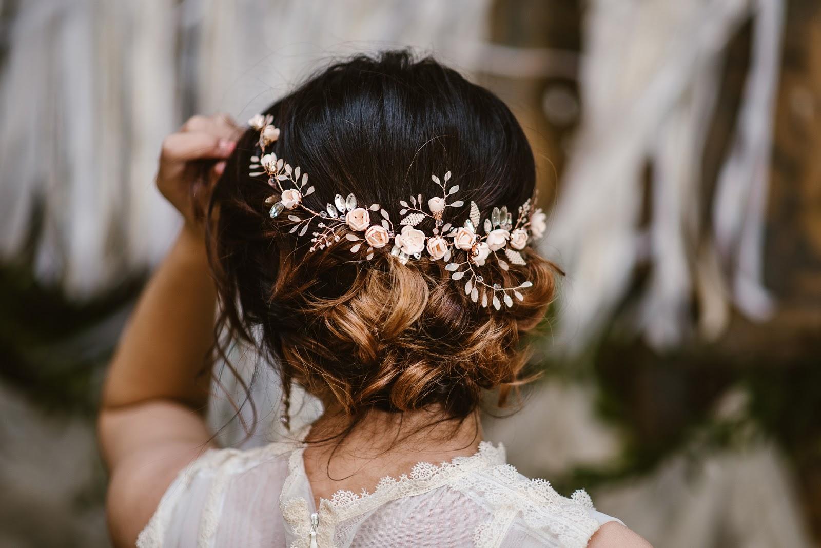 Niski kok ozdobiony gałązką ślubną rose gold