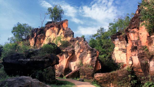 Warna kemerahan yang mendominasi bukit kapur Arosbaya.