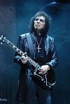 Gitaris Black Sabbath Tony Iommi dengan style yang berbeda