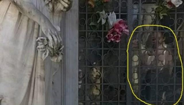 Niños visitan el cementerio y mira con lo que se encontraron