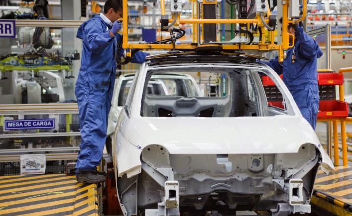 Empleados de FCA planta Toluca instalan el quemacocos sobre un Fiat 500, operación para la que tuvieron que realizar un análisis mediante las herramientas de software de Siemens PLM. (Foto: Fiat Chrysler Automobile)
