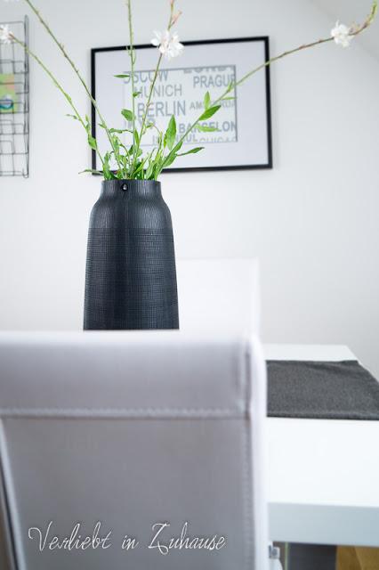 Schnittblumen in schwarzer Vase (House Doctor)