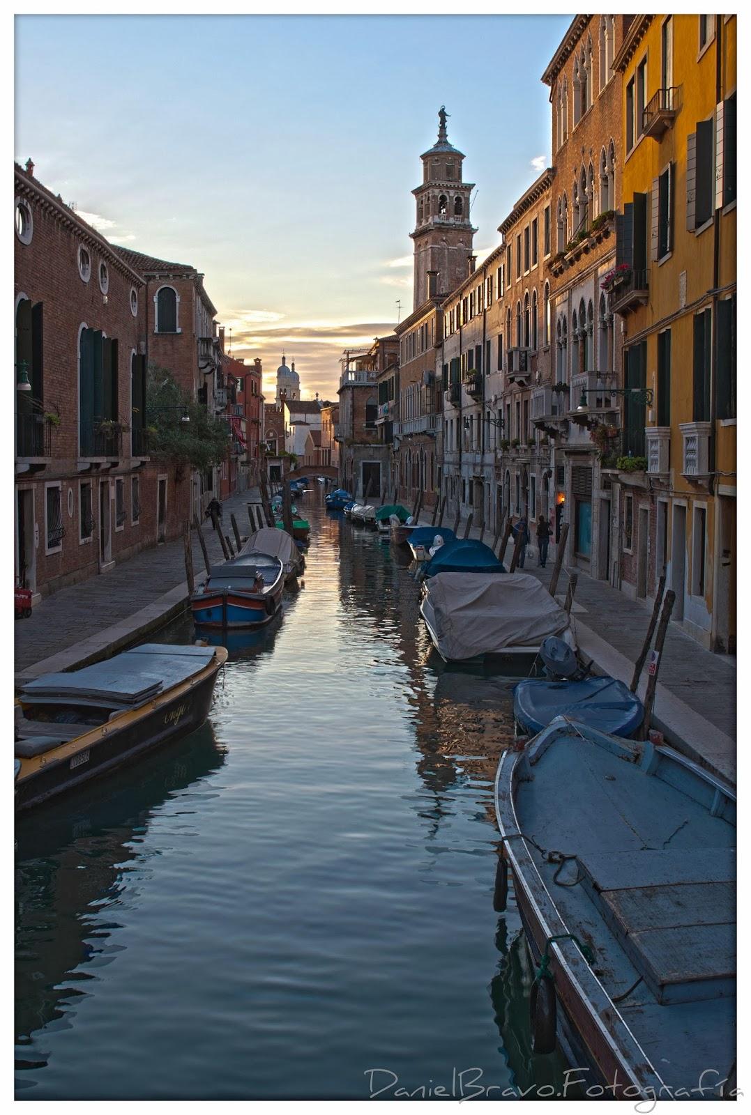 Canal en la ciudad de Venecia al atardecer