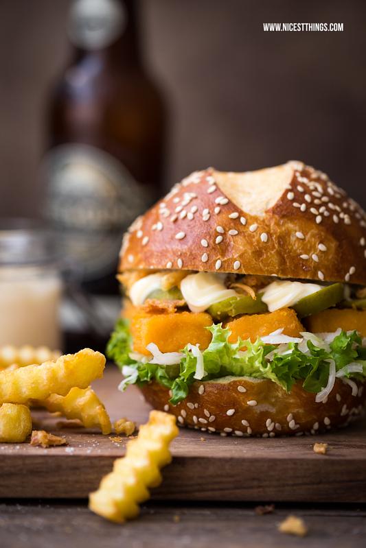 Fischstäbchen Burger mit Röstzwiebeln, Gewürzgurken und Wellenschnitt Pommes