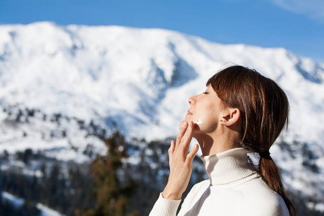 Τελικά πρέπει να φοράμε αντηλιακό τον χειμώνα;